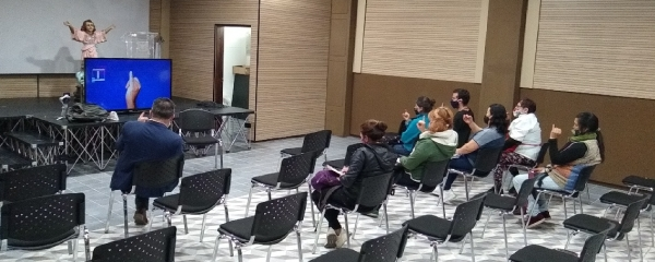 IPES realiza taller de lenguaje de señas a comerciantes de las Plazas Distritales