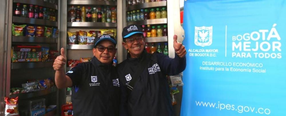 Alcaldía de Bogotá entrega 13 quioscos a vendedores informales