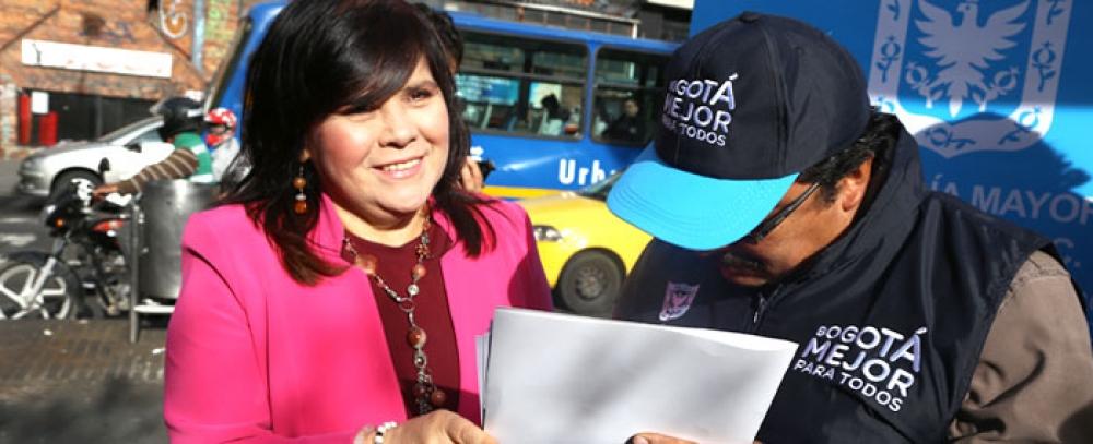 Alcaldía de Bogotá entrega quioscos a 22 vendedores informales